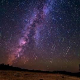 Звездное небо в спальне за стеклом